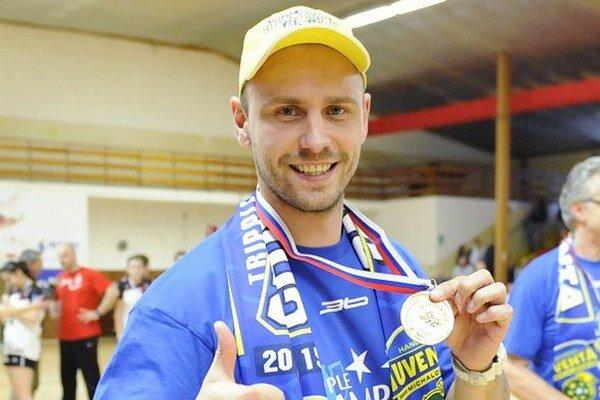 Kormidelník michalovskej Iuventy. František Urban pózuje so zlatou medailou.