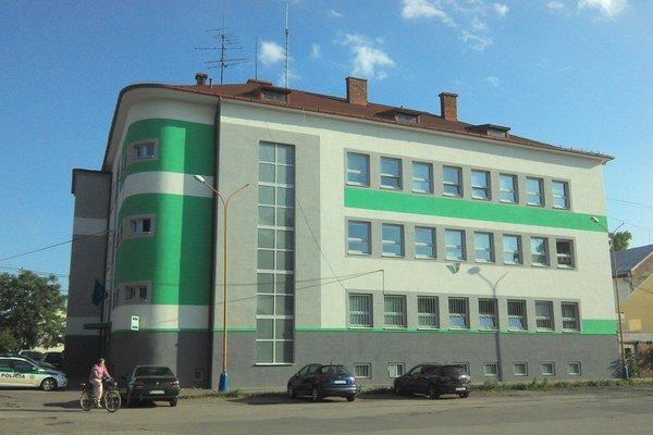 Vynovená policajná budova. Má novú fasádu, okná aj dvere. Policajti majú po rekonštrukcii k dispozícii aj nové pracovisko stálej služby.