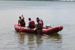 Záchranári prehľadávali hladinu.