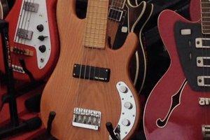 Krádež gitary. Basovú gitaru (v strede) ukradol neznámy páchateľ počas kultúrneho podujatia Jánske ohne nad Šíravou. Bola súčasťou unikátnej zbierky Gitarového múzea v Sobranciach.