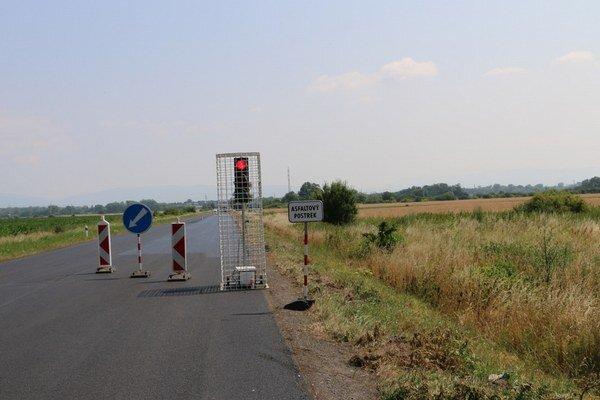 Rekonštrukcia cesty Michalovce – Lúčky. Doprava je riadená cestnou svetelnou signalizáciou.