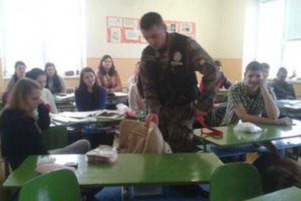Preventívna akcia. So študentmi sa stretli aj policajti, ktorí pôsobia na slovensko-ukrajinskej hranici.