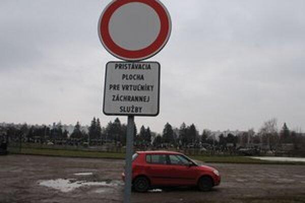 Heliport v Michalovciach. Nezodpovední vodiči často nerešpektujú značku a parkujú na ploche vyhradenej  pre vrtuľníky.
