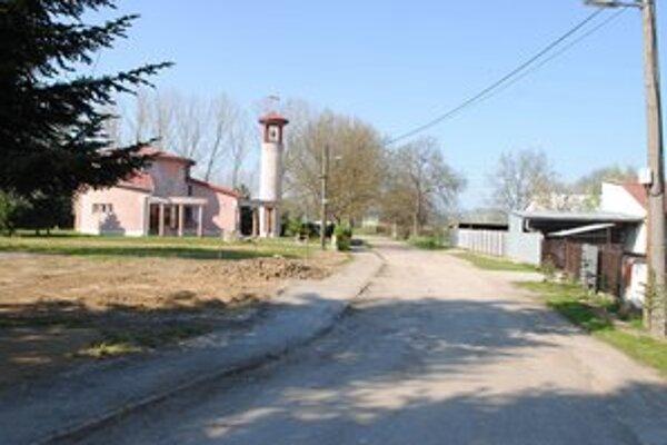 Ulica A. Šándora. Nachádza sa v mestskej časti Močarany, kde tento významný kňaz a básnik s umeleckým menom G. Zvonický vyrastal.