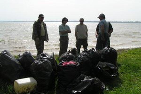 Šírava. Počas posledného čistenia vyzbierali pri nápustnom a výpustnom kanáli a v zátoke pri obci Zalužice vyše 200 vriec odpadu.