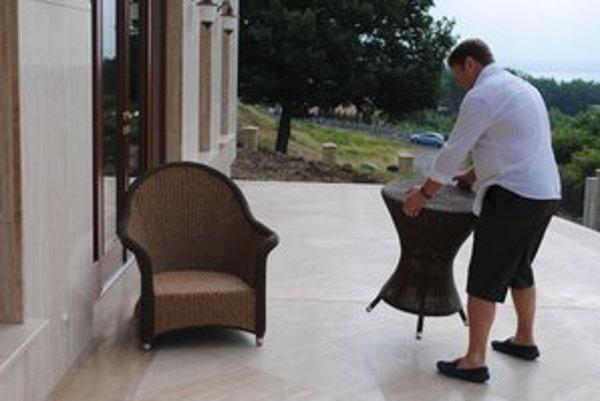 Penzión. Majiteľ dal za ratanový nábytok 18-tisíc eur. Zlodeji stihli z terasy ukradnúť tri kreslá a dva stolíky. Škoda je 1 700 eur.