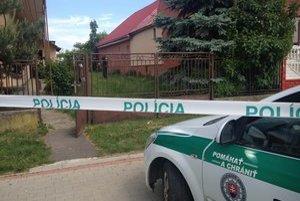 Pred domom, kde sa odohral otrasný prípad.