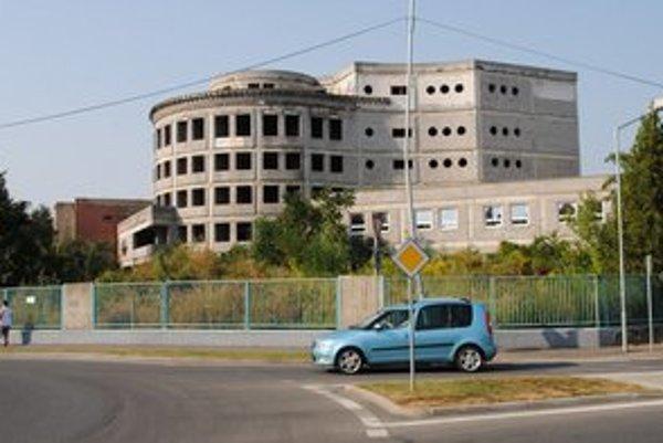 Rozostavaný pavilón. Jeho výstavba sa tiahne od roku 1997. Teraz sa uvažuje nad zbúraním vrchných poschodí. Spodná časť by mala slúžiť na prepojenie chirurgie s admistratívou.