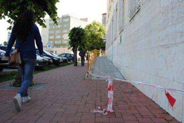 Pošta v Michalovciach. Bezbariérový prístup je zatvorený už viac ako dva mesiace.