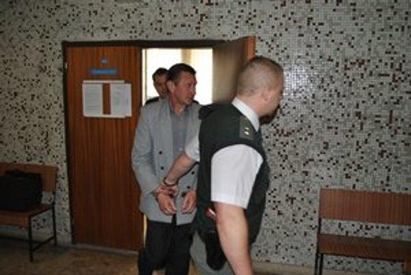 Michalovský pedofil. Eskorta ho odvádza do väzenia.