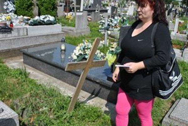 Nad hrobom detí. Iveta Koščová tvrdí, že s hrobom, kde sú pochované jej dve deti, sa bez jej súhlasu manipulovalo.