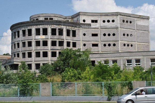 Rozostavaný pavilón. Jeho výstavba sa tiahne od roku 1997. Vyzerá to tak, že nakoniec ho nedostavajú, ale demolujú.