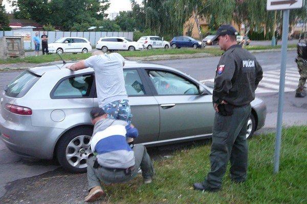Policajti prehľadali dve autá a sedem osôb.