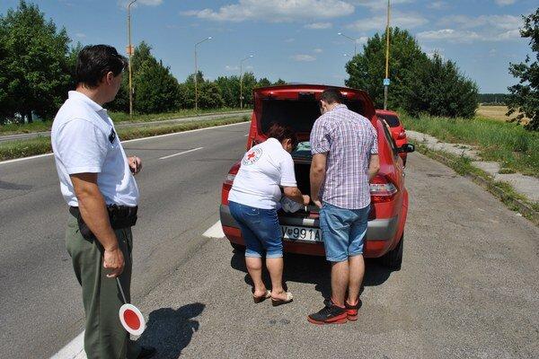 Policajti. Zamerali sa na kontrolu lekárničiek a preskúšali vodičov z poskytnutia prvej pomoci.