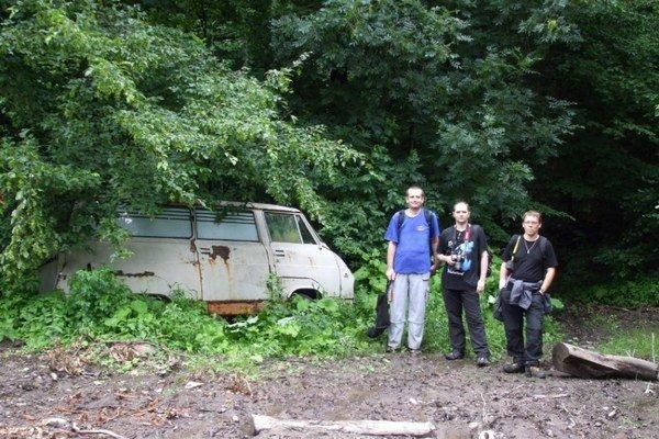 Túra na Machnatý vrch. Michalovskí turisti natrafili v lese na vrak starej sanitky.