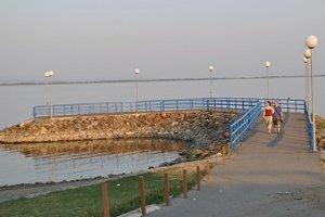 Mólo na Kamenci. Pred nedávnom sa spojili obec Kaluža, blízky hotel a vodohospodári, aby ho obnovili.