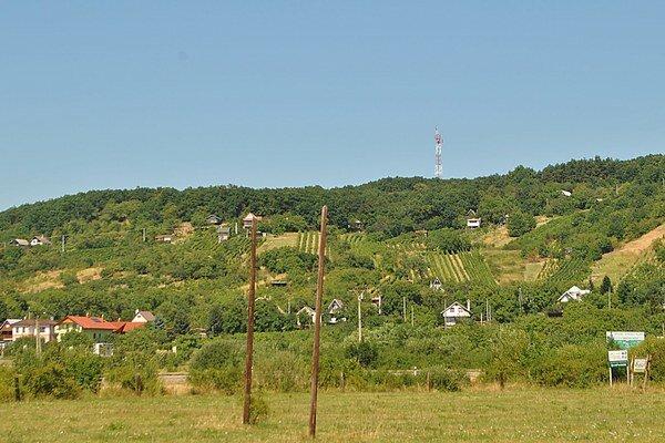 Vysielač. Stojí na kopci v katastri Vinného. Kým v obci je signál celkom dobrý, v rekreačnej oblasti Lúč je slabý.