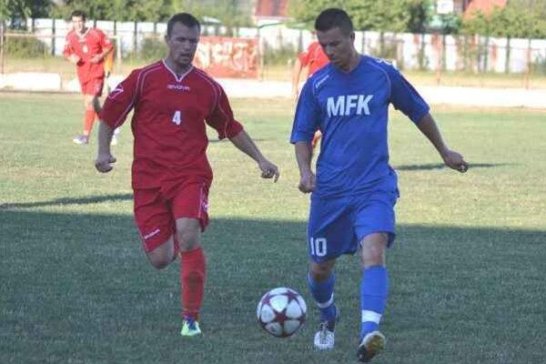 Derby víťaza neprinieslo. Hosťujúci J. Tkáč (vpravo) v súboji s M. Horňákom.