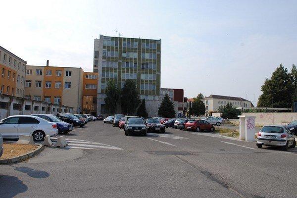 Parkovisko pri Obvodnom úrade. Na tomto mieste mal stáť prvý parkovací dom v centre Michaloviec. Samospráva pripustila, že napokon z toho asi nič nebude.