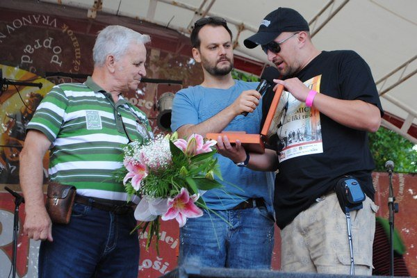 Ocenenie pre súbor Zemplín. Prevzal ho dlhoročný umelecký vedúci a choreograf Milan Hvižďák (vľavo).