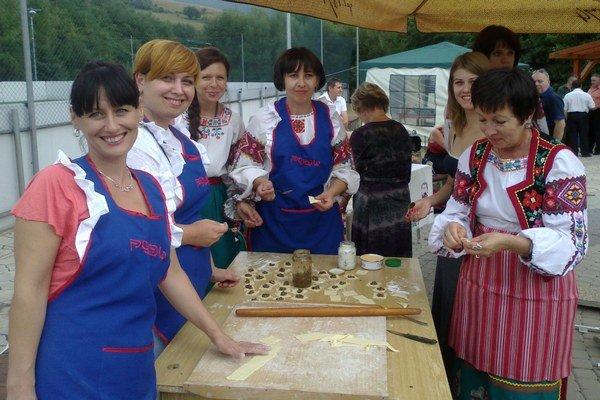 Festival v Podhorodi. Zemplínčania, ale aj Ukrajinci súťažili v lepení a varení pirohov.
