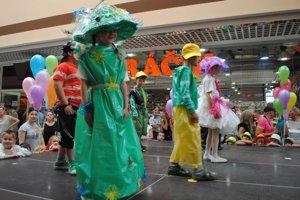 Módna prehliadka. Deti z Materskej školy v Moravanoch sa predviedli v Michalovciach v netradičných kostýmoch z igelitových vriec.