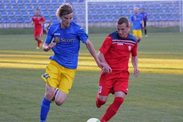 Rozhodol o michalovskom víťazstve v Dubnici. Útočník Michal Hamuľak (vľavo) strelil Považanom dva góly.