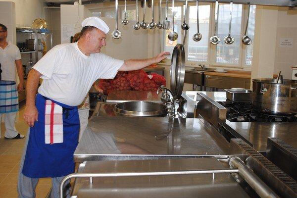 Kuchyňa a jedáleň. Seniori majú konečne modernú kuchyňu a jedáleň. Vyše 20 rokov im stravu dovážali v obedároch.