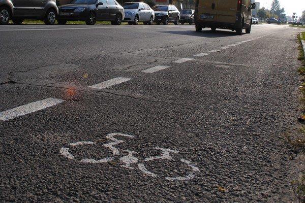 Nová cyklotrasa. Prechádza Štefánikovou ulicou a Humenskou cestou do centra mesta.