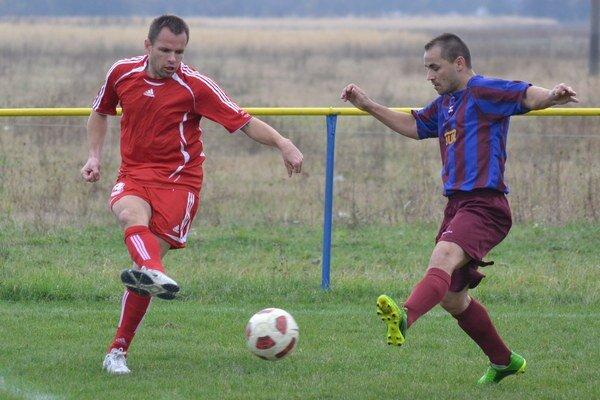 Strelec otváracieho gólu. Marián Makeľ (vľavo) v súboji s Pavlom Serdym.