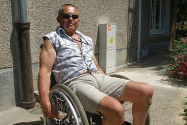 Vojtech Švarc si pochvaľuje, že na vozíčku sa v Prievidzi dostane už takmer všade.