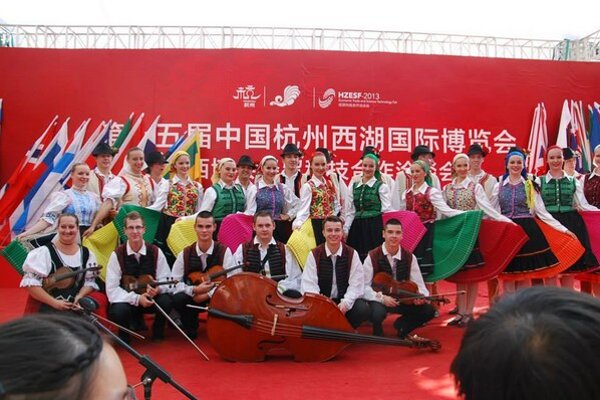 FS Zemplín v Číne. Folkloristi sa predstavili na 15. ročníku West Lake International Expo v meste Hangznou v Číne. Počas celého festivalu súbor absolvoval 10 vystúpení.