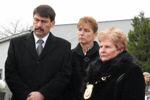 J. Áder s manželkou Anitou (v strede) a starostkou M. Dufincovou.