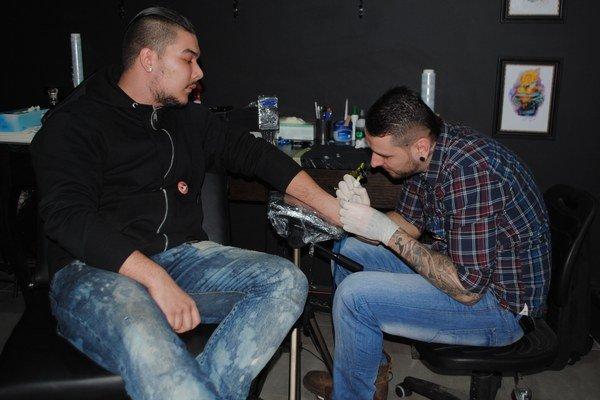 Tetovanie pre dobrú vec. Známy tatér Ivan Korky Koribanič zorganizoval akciu, ktorá našla obrovskú odozvu v radoch mladých ľudí.