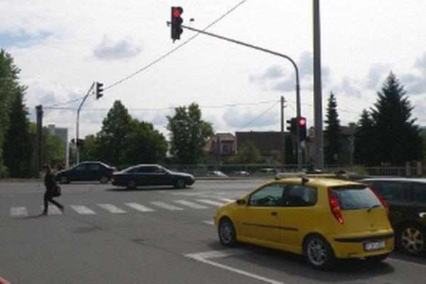 Vodiči by na novej križovatke po nových semaforoch privítali aj lepší asfaltový povrch.