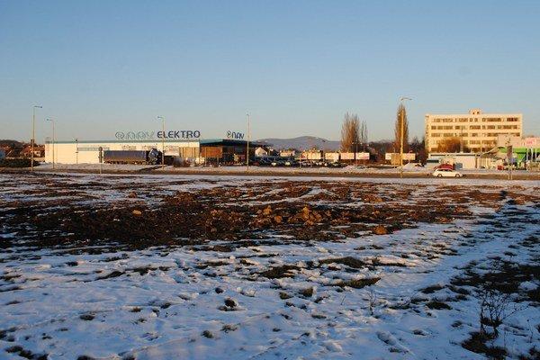 Nové obchodné centrum bude stáť v blízkosti železničnej stanice na Humenskej ulici.
