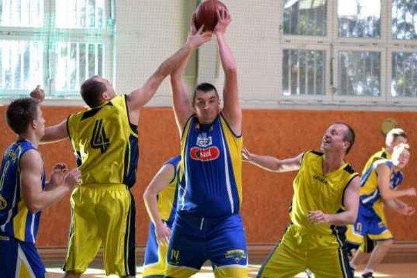Ustrážili exspoluhráča. Andrej Tebeľák (s loptou) zaznamenal iba 7 bodov.