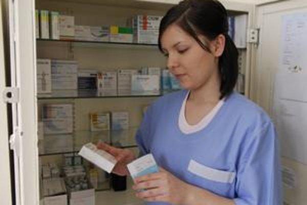 Nezaplatené lieky a zdravotnícke pomôcky tvoria približne polovicu dlhu nemocníc. Tie dlhujú aj dodávateľom energií a vody či Sociálnej poisťovni.