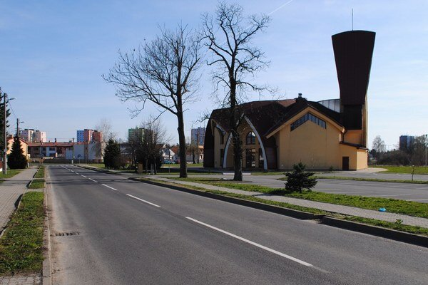Cesta pred kostolom. V nedeľu tu zvyknú parkovať vodiči, ktorí prichádzajú na svätú omšu. Parkovanie prekáža niektorým obyvateľom Ulice SNP.