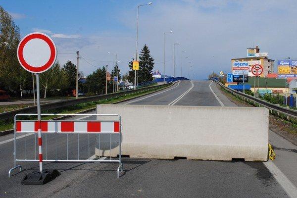 Nadjazd v Michalovciach. Je uzavretý. Pre výstavbu novej okružnej križovatky vodiči po ňom neprejdú najbližšie 4 mesiace.