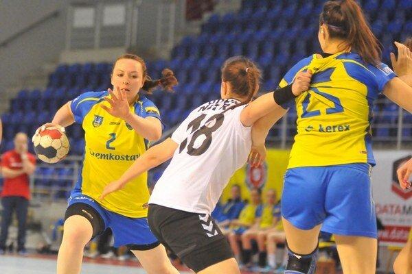 Nastúpila po vyše roku a pol. J. Kucherová (vľavo) je opäť v zápasovom kolotoči.