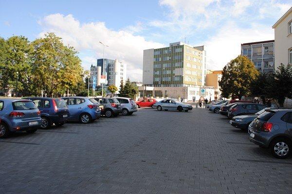 Parkoviská v centre Michaloviec. Začiatkom roka mesto na svojich pozemkoch zrušilo výber parkovného. Parkoviská sú plné, do mesta prichádza viac ľudí, obchodníci sú spokojní.