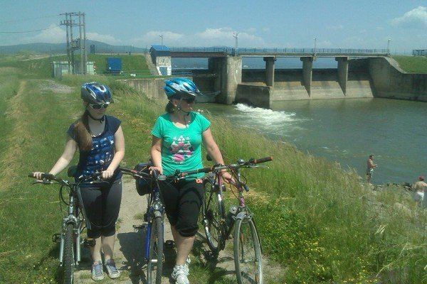 Cyklotúra okolo Šíravy. Michalovskí turisti sa na bicykloch zastavili aj pri výpustnom kanáli Zemplínskej šíravy.