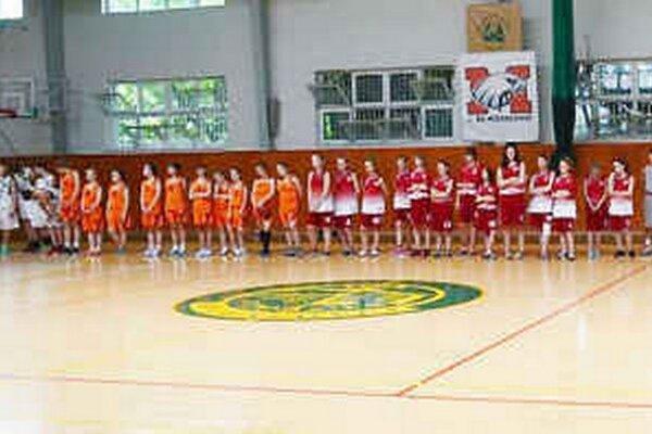 Turnaj štyroch krajín V4. Víťazne z neho vzišli dievčatá Rožňavy a chlapci Egeru.