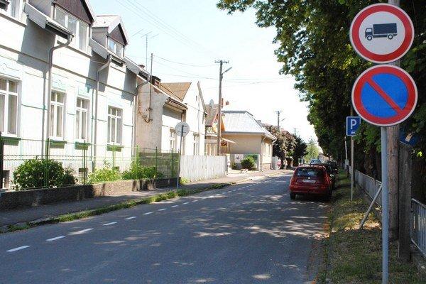 Jednosmerné ulice. Mesto plánuje vytvoriť jednosmerky na ulici Pri sýpke a časti Jilemnického a ulice Fraňa Kráľa.