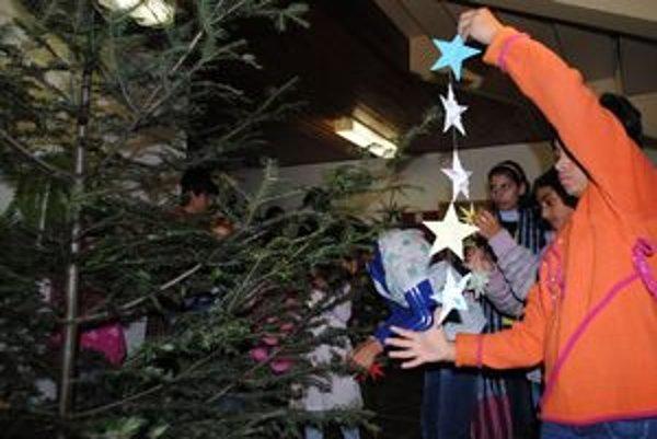 Zdobenie stromčeka. Lesníci rozdajú na Slovensku 413 vianočných stromčekov. Domováci ich skrášlia vlastnoručne vyrobenými ozdobami.