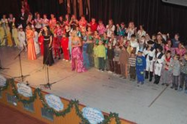 Základná škola slávila. V slávnostnom programe vystúpili súčasní i bývalí žiaci.