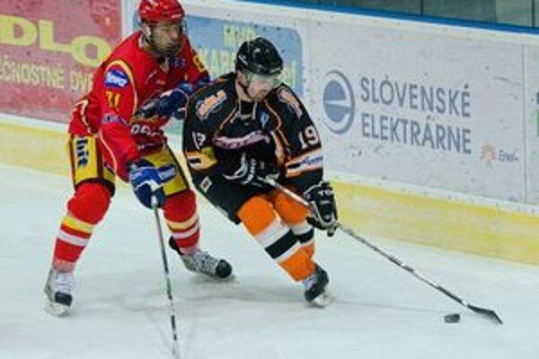 Hetrik na víťazstvo nestačil. Útočník R. Gašpar (vpravo) strelil v nedeľu Senici tri góly.