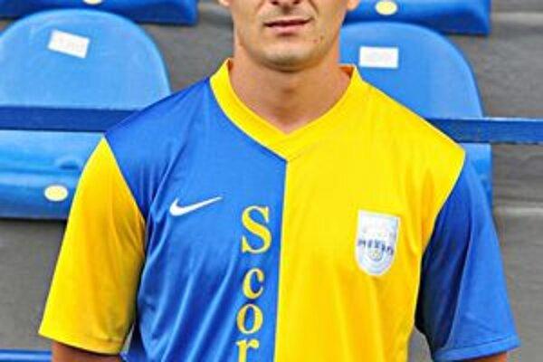V drese materského klubu. V seniorskom tíme debutoval v marci 2003.