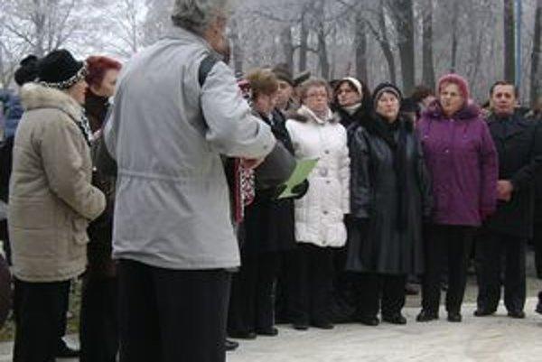 Zbor Seniora Vánok. Spievali aj pri pomníku padlých hrdinov na Cintoríne Červenej armády.